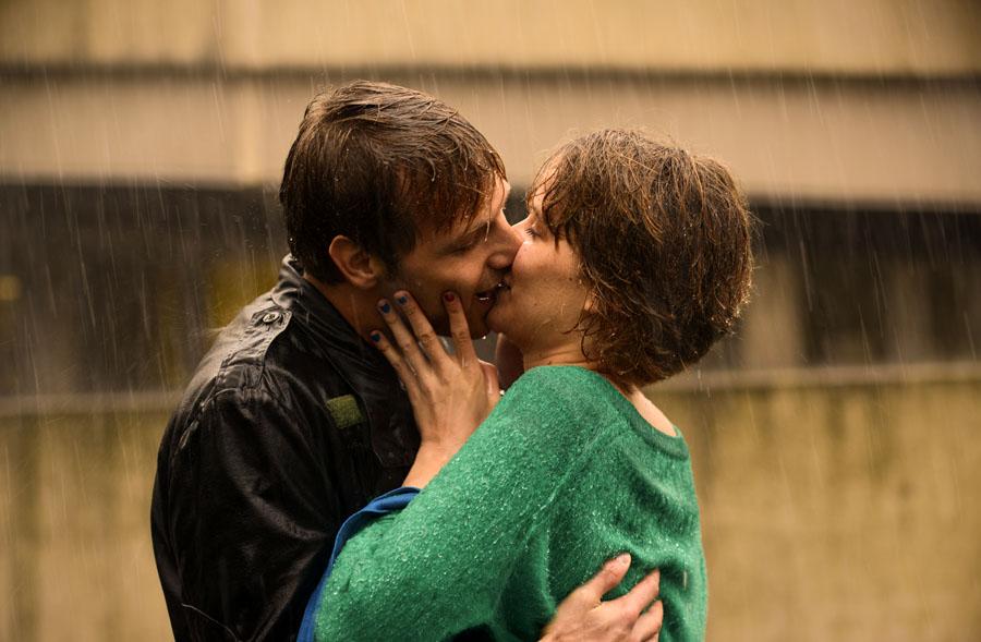 Happy End jak w rasowym romansidle - pocałunek w deszczu. Helen wolałaby zapewne deszcz w złotym odcieniu.
