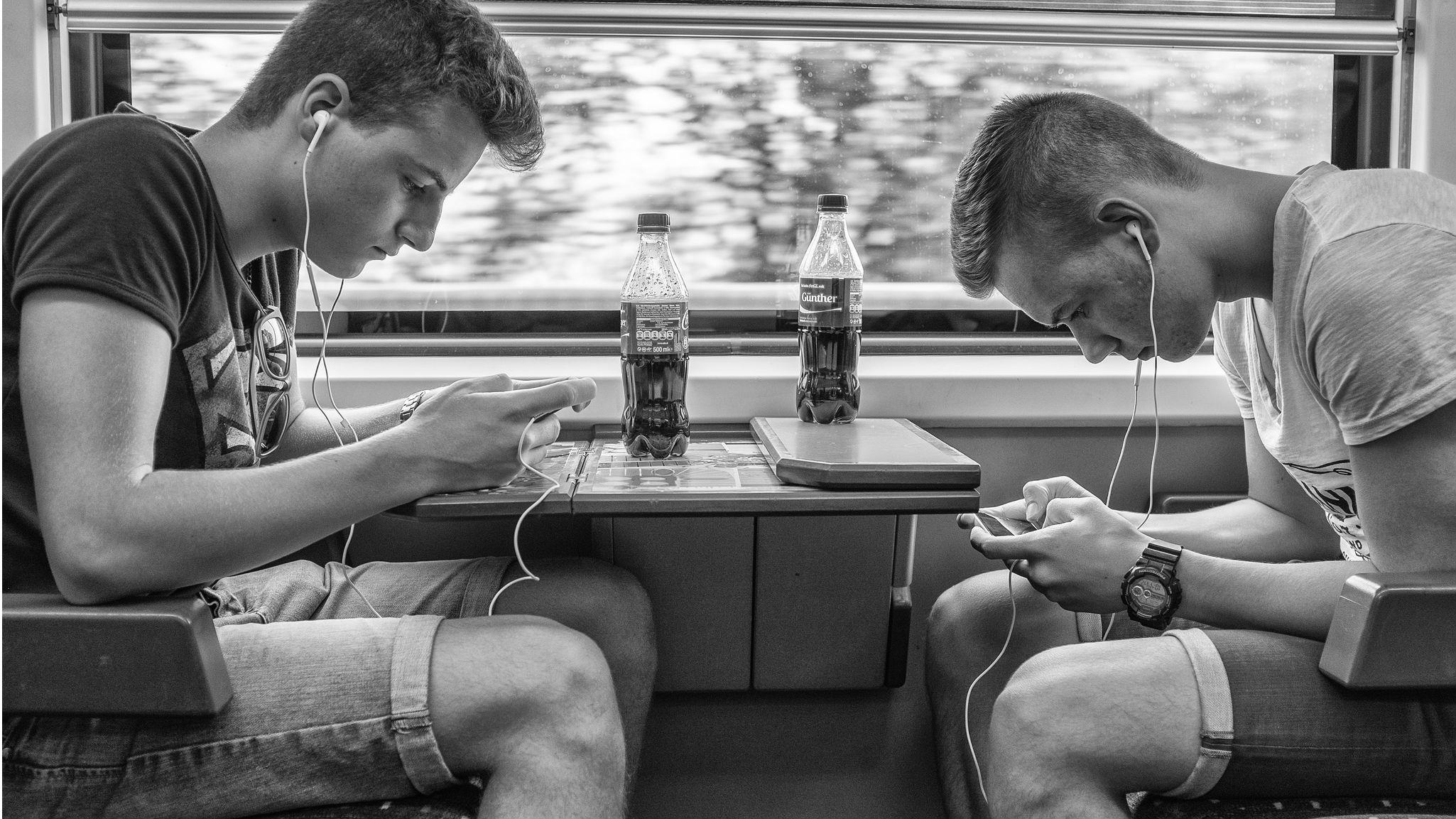 Pamiętaj! Rozmawianie i czytanie książek jest lamerskie. Fot: Jurg Stuker / flickr.com